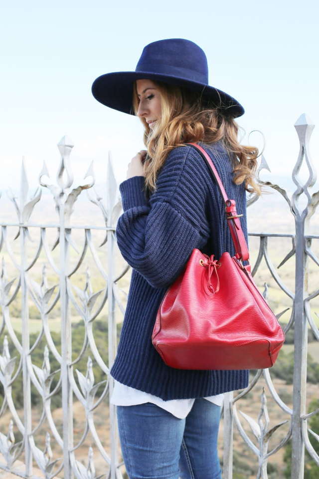 Look con fedora azul y bolso de Louis Vuitton