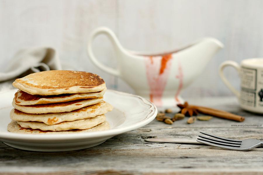 Pancakes na maślance z korzennym sosem śliwkowym