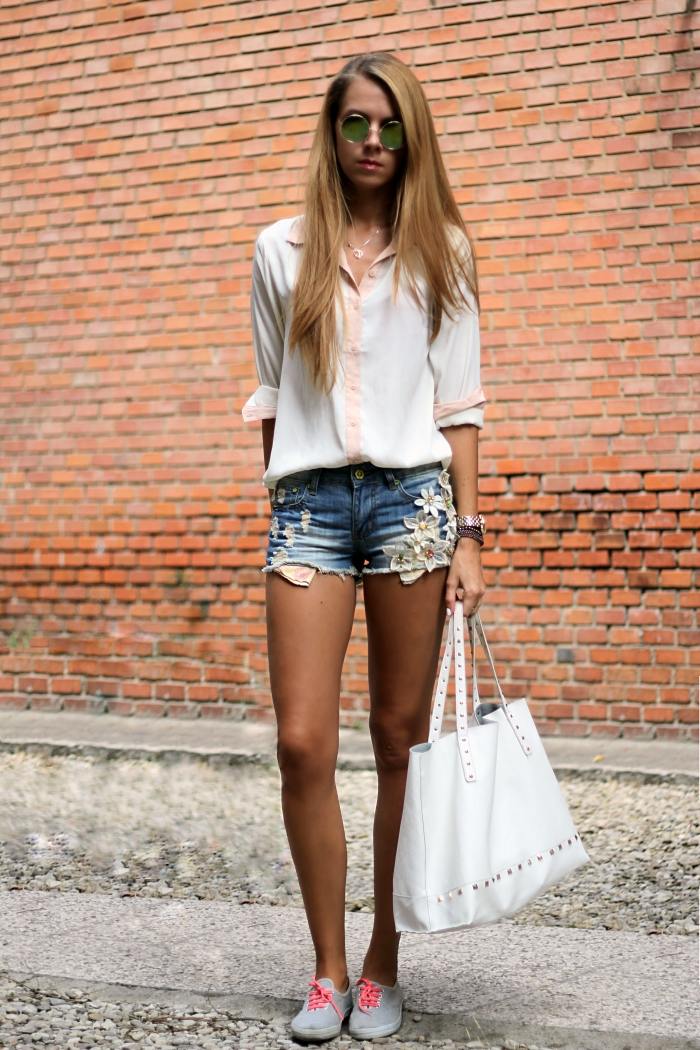 casual summer outfit, denim shorts, sneakers, white Mango bag
