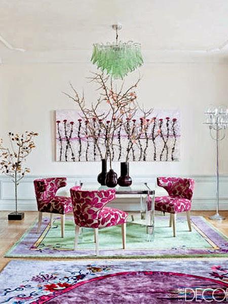 Różowe fotele na tle białej ściany
