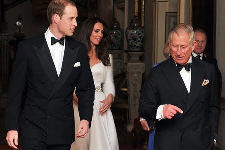 Принц Уилям и принц Чарлз със смокинг на вечерното парти