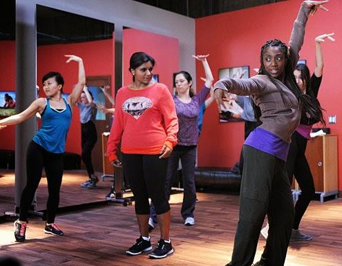 Mindy en una clase de baile en la primera temporada de la serie de FOX