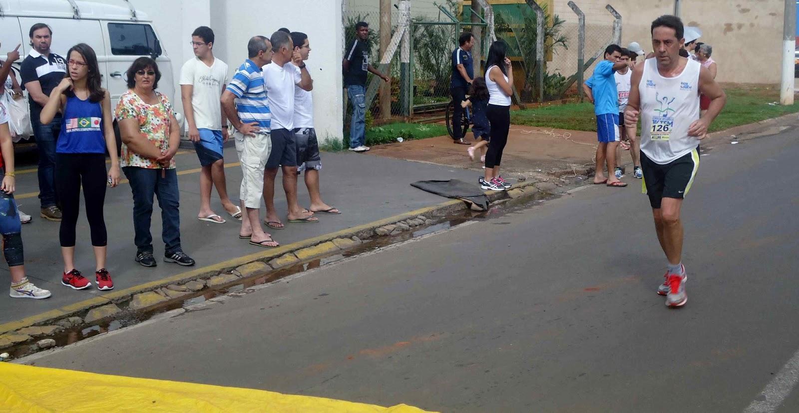 Foto 153 da 1ª Corrida Av. dos Coqueiros em Barretos-SP 14/04/2013 – Atletas cruzando a linha de chegada