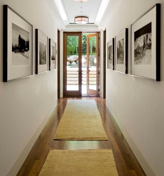 Quadros na parede, parede decorada, piso laminado, porta vidro