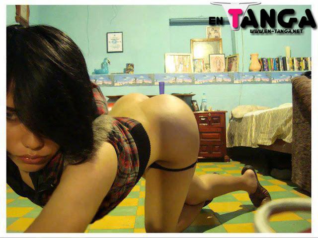 Chica en su cuarto se baja la tanga