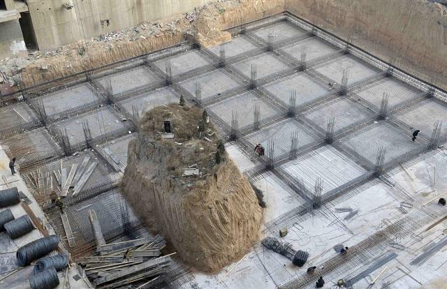 Una tumba en medio de un edificio en China