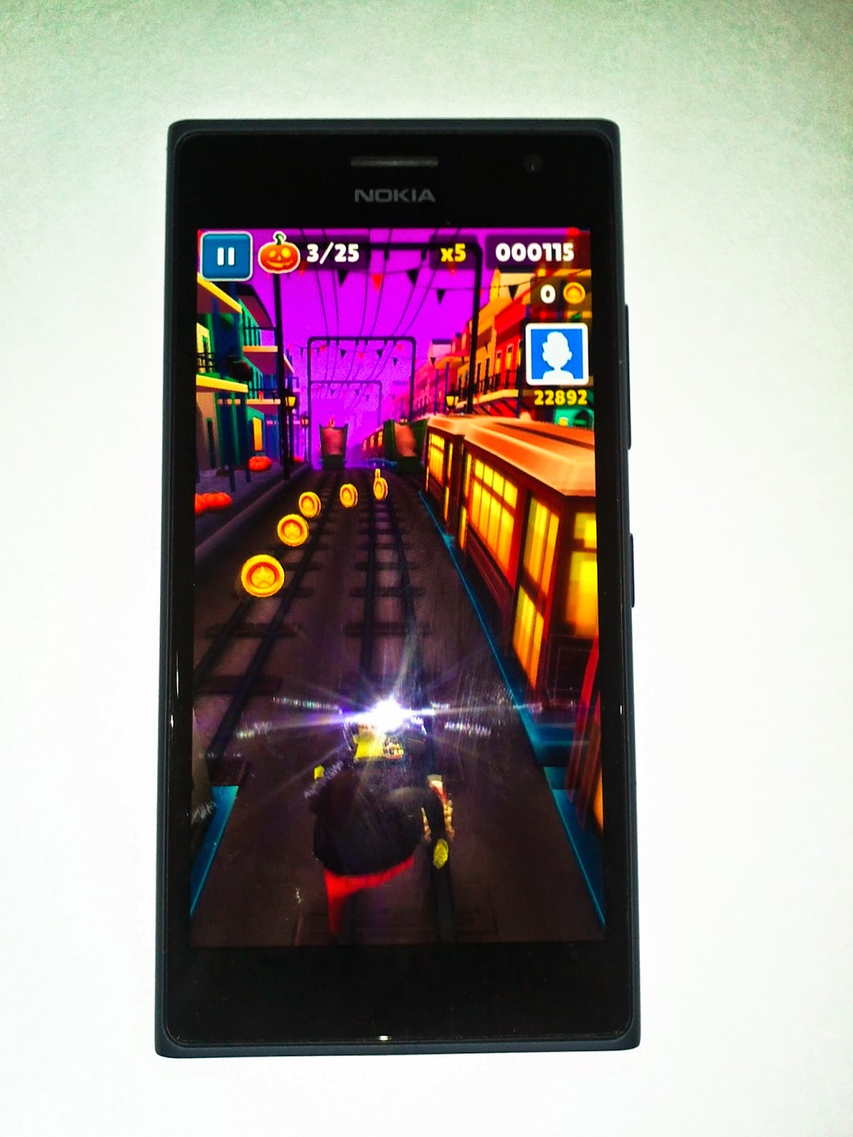 Nokia-lumia-730-playing-subway-surfer