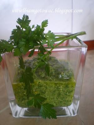 Pesto pietruszkowe z orzechami i parmezanem