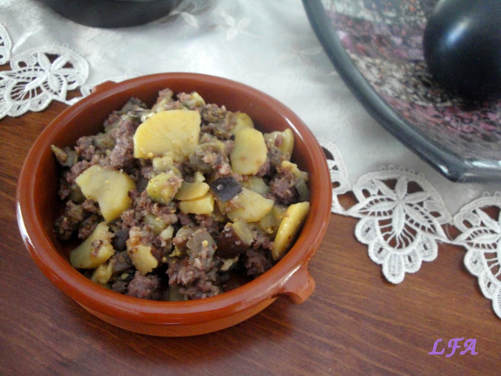 Salchichas con berenjenas y patatas a la mostaza
