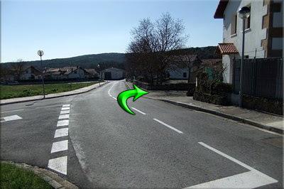 Dejamos la calle, giramos a la derecha junto a la casa