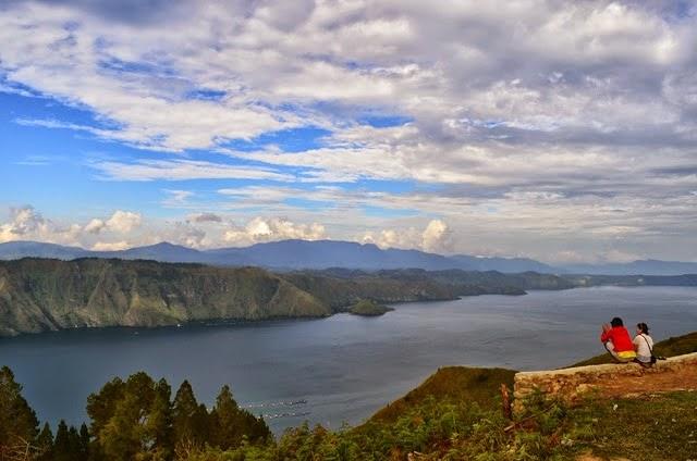 Menikmati pemandangan Danau Toba dan jajaran bukit hijau yang membentang