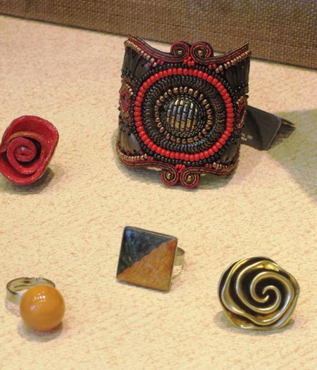 Bisuteria, brazaletes y anillos