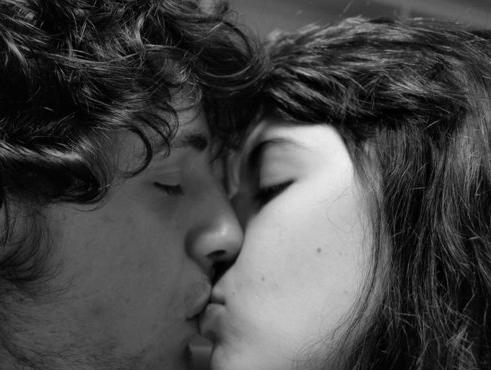 लड़कियां लड़कों को चुम्बन कैसे करें