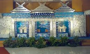 Pelaminan Dengan dekorasi di dalam ruang Besar