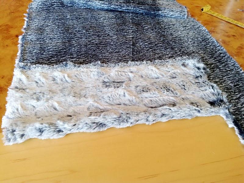 Una vez cortados encaramos ambas telas por el derecho y cosemos por los laterales largos. Si se deshilachan mucho o sueltan pelitos, remallamos los bordes y