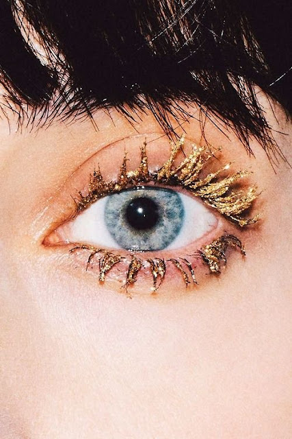 Gold eyelashes - cool mascara photo - beauty blog