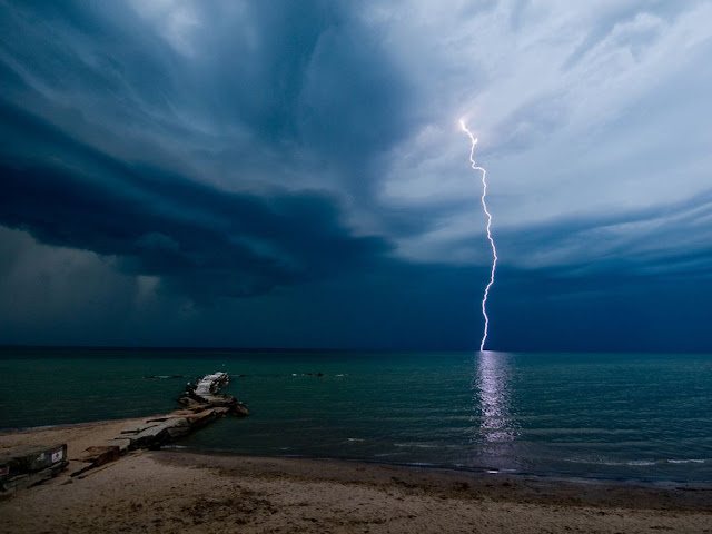 Lightning at Huntaington Beach , Ohio