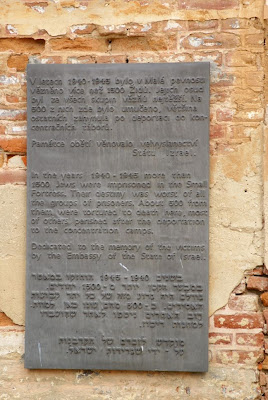 שלט זכרון במחנה הריכוז
