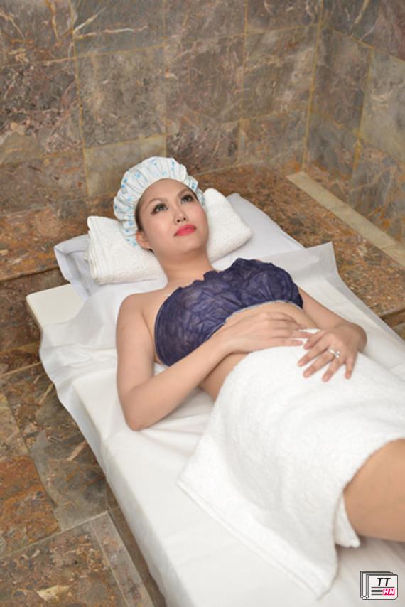 Một người bạn của diễn viên Phi Thanh Vân vừa chia sẻ một số hình ảnh cô đi tắm trắng để 'lột xác'.