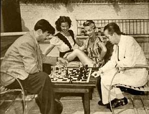 Rossetto jugando al ajedrez con H. Steiner y Carmen Miranda