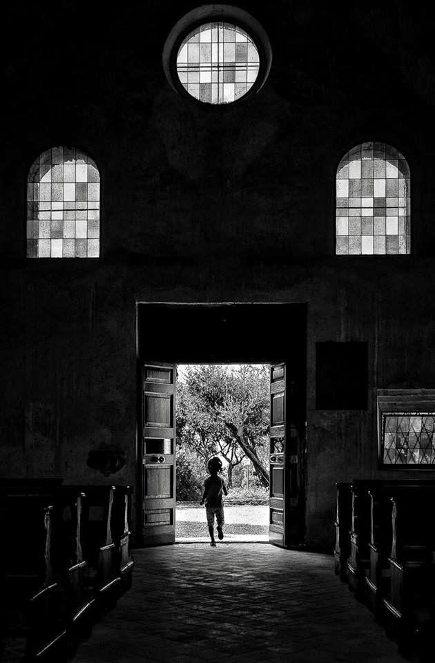 """Poema LA LUZ, de Yannis Ritsos; fotografía de Mario Spedicato. Libro de Referencia:Carlos Morales, """"Un rostro en el jardín"""", Col. Cuadernos del Mediterráneo, El Toro de Barro, Tarancón de Cuenca 2000"""