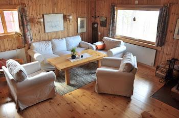 Ljust och rymligt vardagsrum med öppen spis