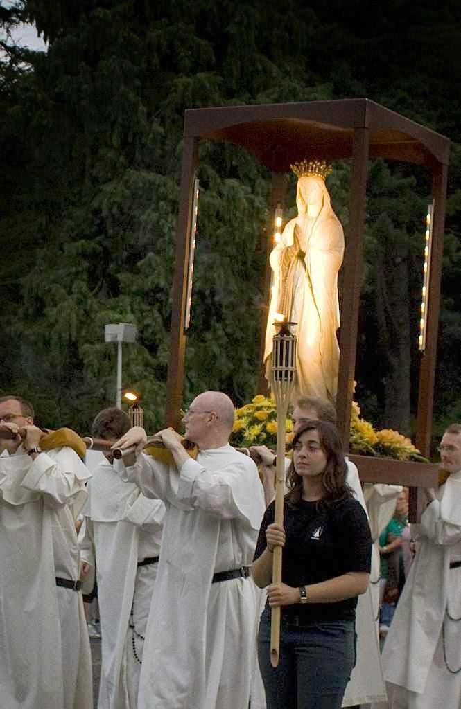 Procissão de padres dominicanos em Lourdes