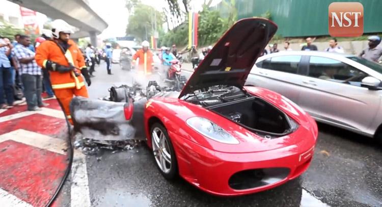 Mesin Tiba-tiba Keluarkan Api, Ferrari Terbakar Hebat – VIVA on