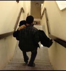 اراد اين يتخلص من امه فحملها وذهب بها إلى إحدى الجبال ليتركها تموت ... انظروا ماذا حصل !!!