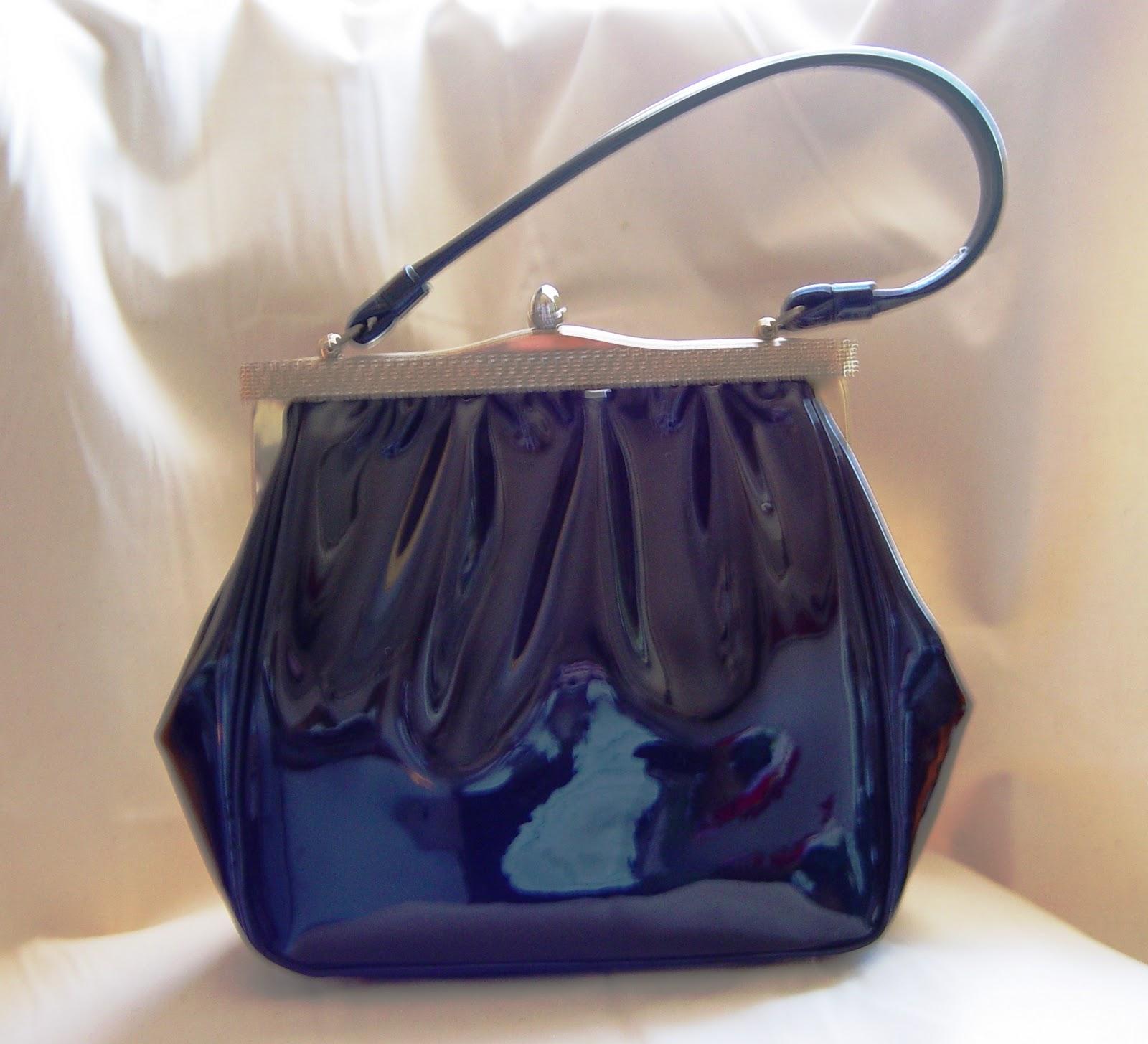 http://2.bp.blogspot.com/-UA8JEKHxyXg/TWVfJKJekgI/AAAAAAAAAJY/RibeyT0MQes/s1600/black+patent+bag.jpg
