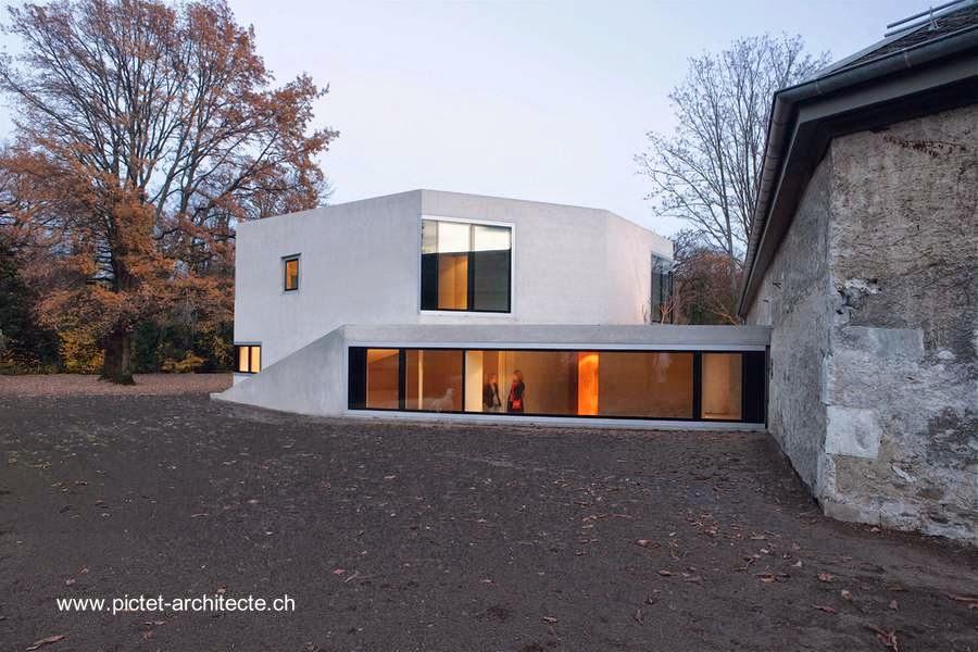 Vieja propiedad rural en Suiza reciclada y extendida con un volumen residencial Minimalista