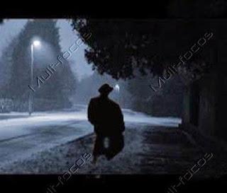 Pessoa andando na tempestade