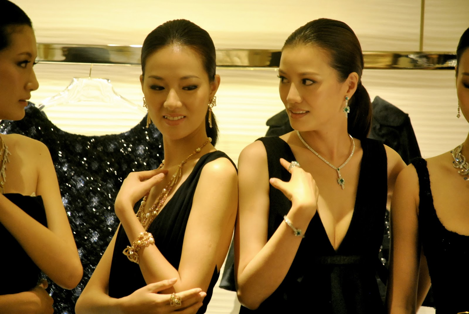 http://2.bp.blogspot.com/-UAFnC93axdM/UBwGwgPo3lI/AAAAAAABMHs/AZwb8Fk6AtA/s1600/Shanghai+Louis+Vuitton+Maison+Store+Opening+Cocktail+Party_0875.JPG