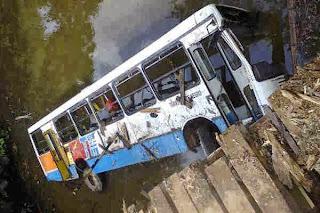 ônibus caindo