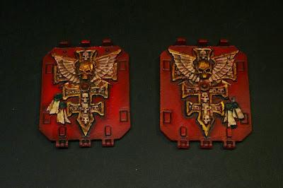 Compuertas del Land Raider con la iconografía de los Caballeros Grises terminadas