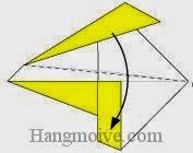 Bước 7: Gấp chéo cạnh tờ giấy xuống phía dưới