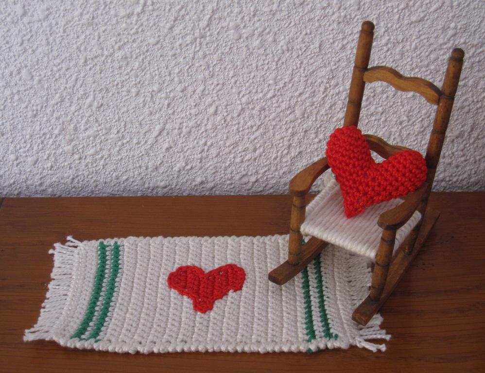 Detalle de cojín y alfombra amigurumi con corazones
