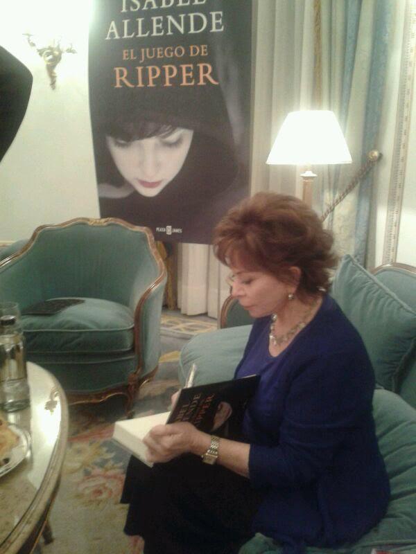 """Isabele Allende firmando ejemplares de """"EL Juego de Ripper"""" en España"""