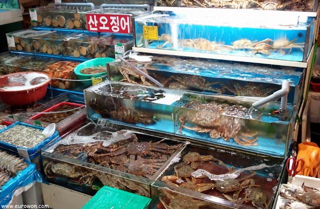 Cangrejos a la venta en el mercado de Noryangjin