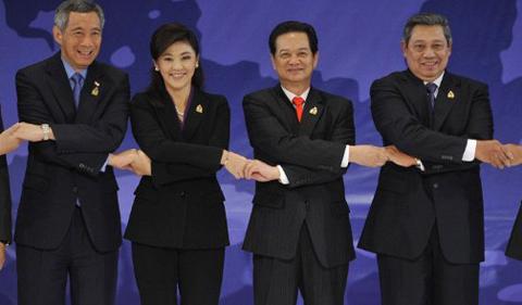 Thủ tướng Nguyễn Tấn Dũng và nữ Thủ tướng Thái Lan cùng các nhà lãnh đạo ASEAN. Ảnh: AFP