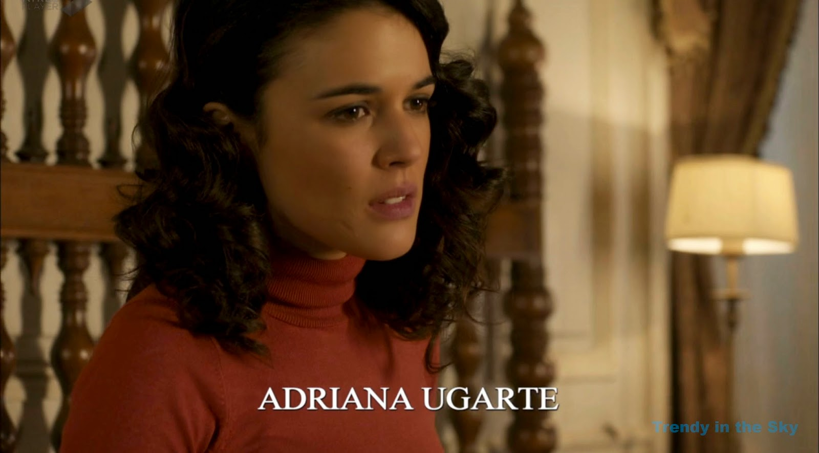 Sira Quiroga jersey rojo. El tiempo entre costuras. Capítulo 10