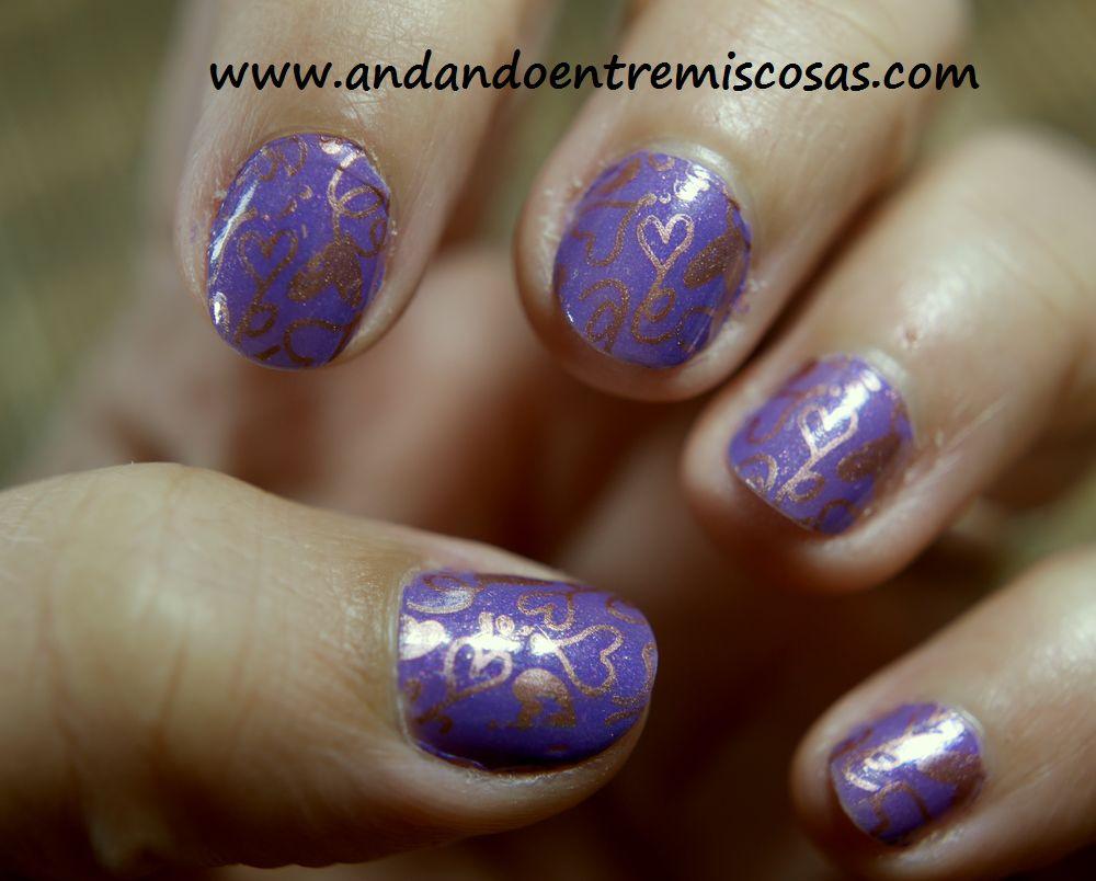 Manicura En Color Lila y Estampación En Rosa