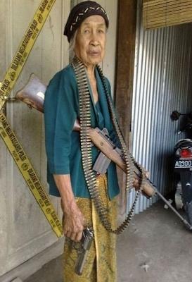 najsmesnije slike, naoružana baka