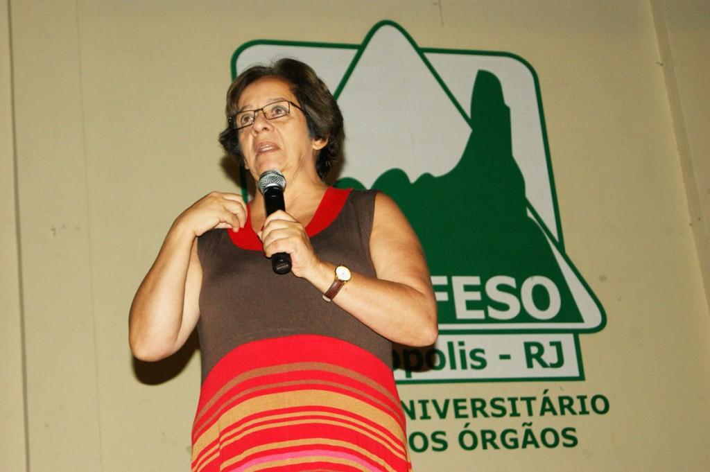 A professora Zilma de Oliveira palestra na Unifeso sobre aprendizagem e desenvolvimento infantil
