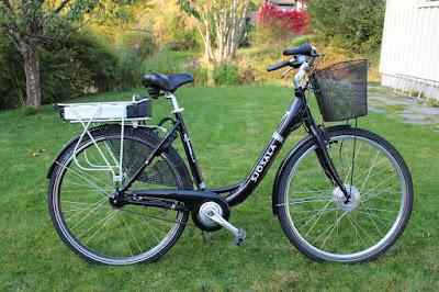 """E-Bike / Pedelec als Damenfahrrad mit integriertem Motor und Akku und einer Zusatzausstattung """"Einkaufskorb"""""""