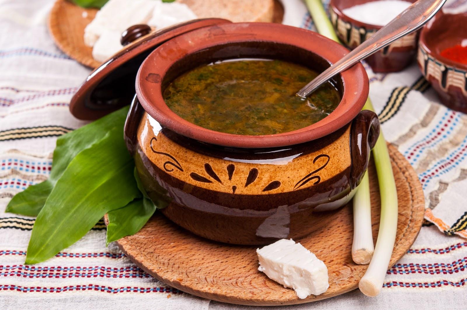 Пролетна витаминозна супа с коприва, лапад, левурда и свежи подправки