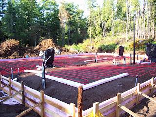 Укладка соломенных блоков. Строительство дома из соломы