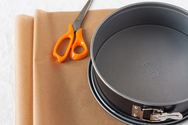 Kako obložiti kalup za tortu papirom za pečenje