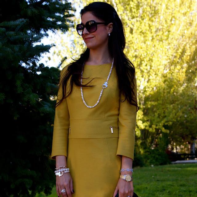 LaCaprichossa-Look vestido mostaza Roberto Verino, Rose Bag y Perlas Tous