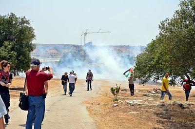 Chuva de bombas de gás atingem brasileiros e palestinos